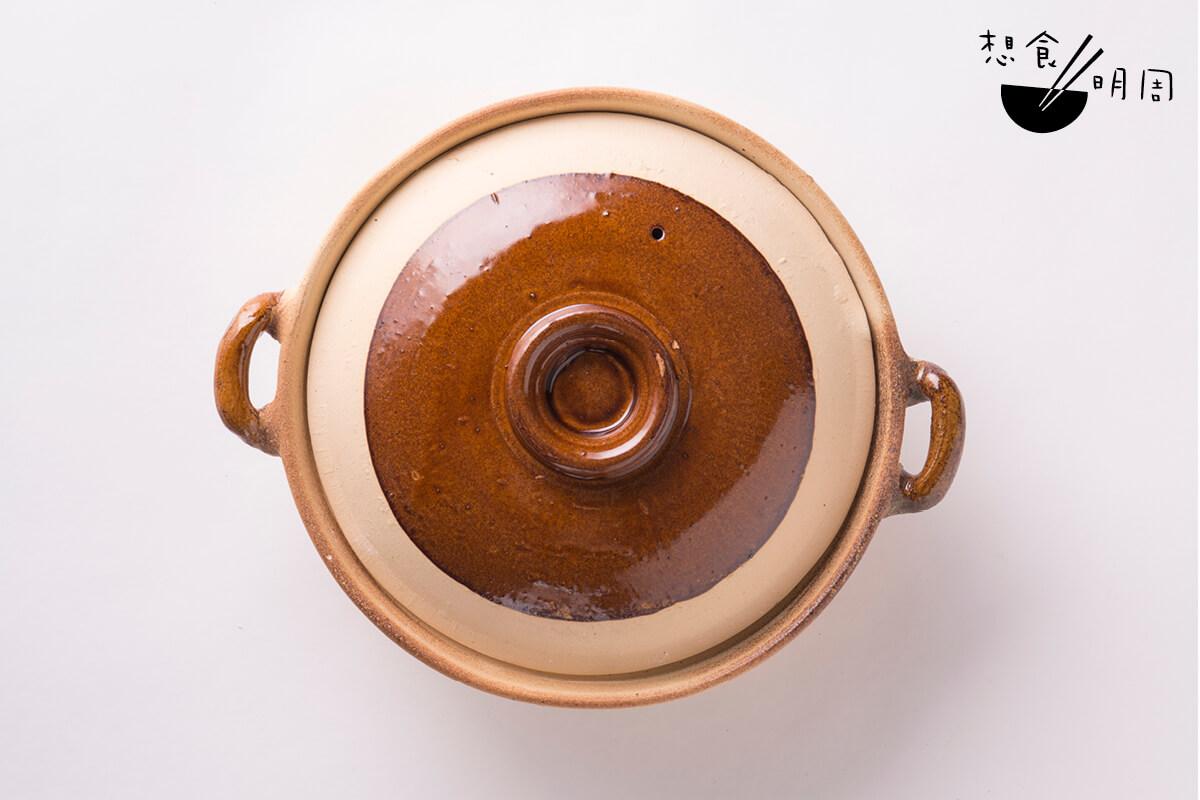 瓦煲// 瓦煲與炭爐是絕配,但如果配上高壓的瓦斯爐,就很容易「爆煲」了。