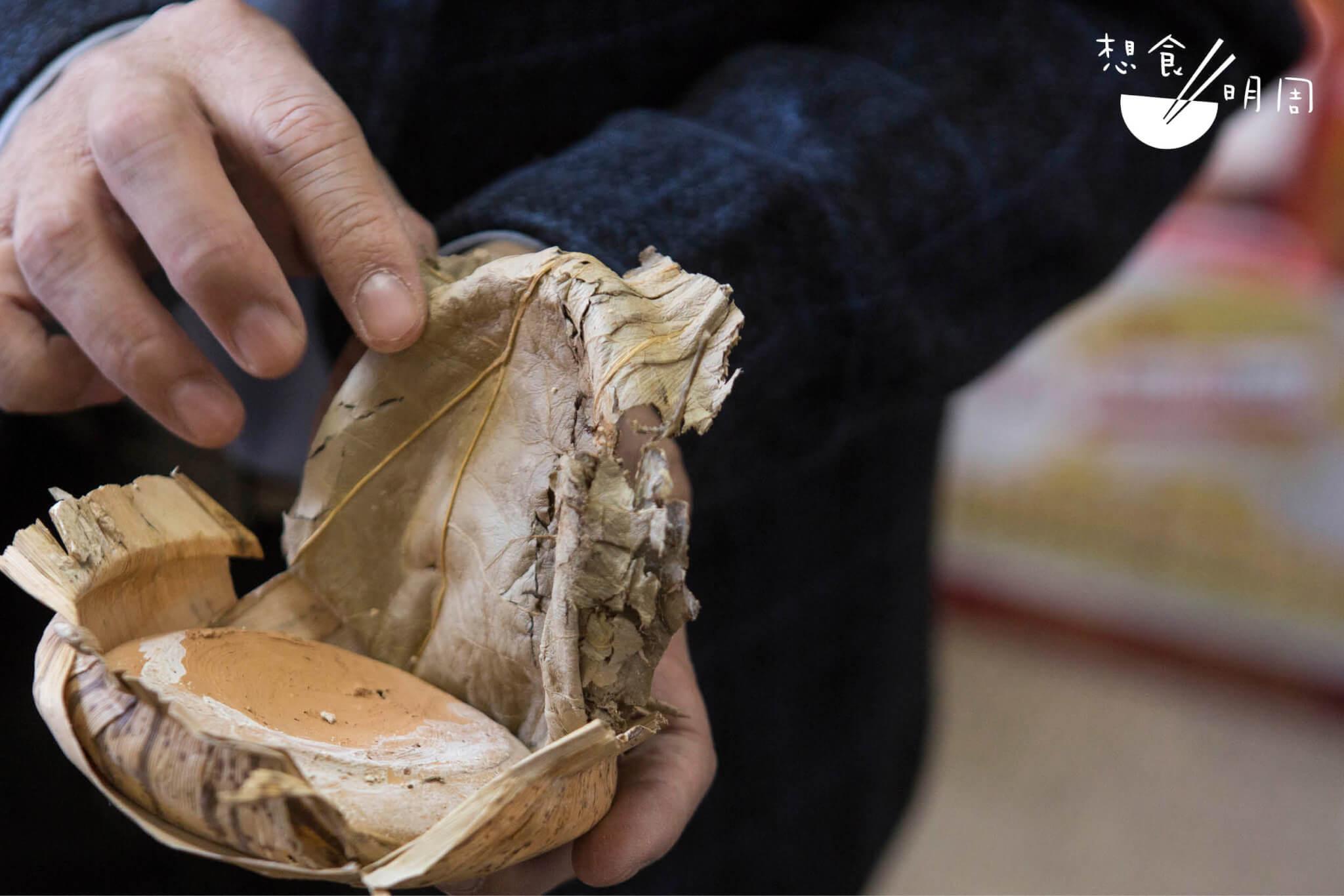 取荷葉蓋於埕口,再以塘泥密封,是常見的做法。至於圖中李豐年手上 的咸亨小酒埕,封口時在乾荷葉之中額外包覆了塊瓦片,另有加固之效。