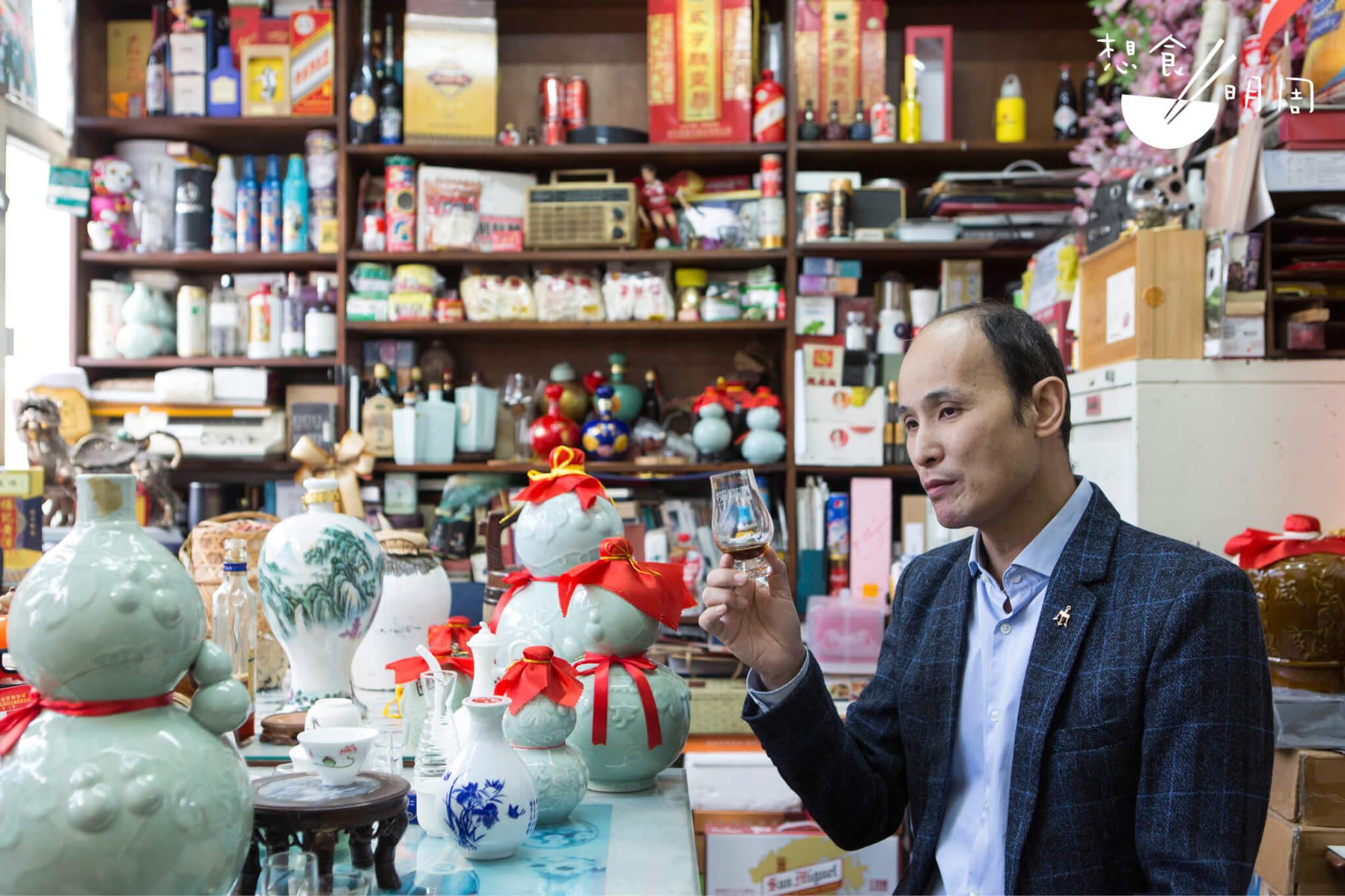 李豐年是通泰行第三代掌舵人,五年前引進咸亨,是為內地新崛起的花雕品牌。身後不同包裝、不同版本的酒,都是咸亨。