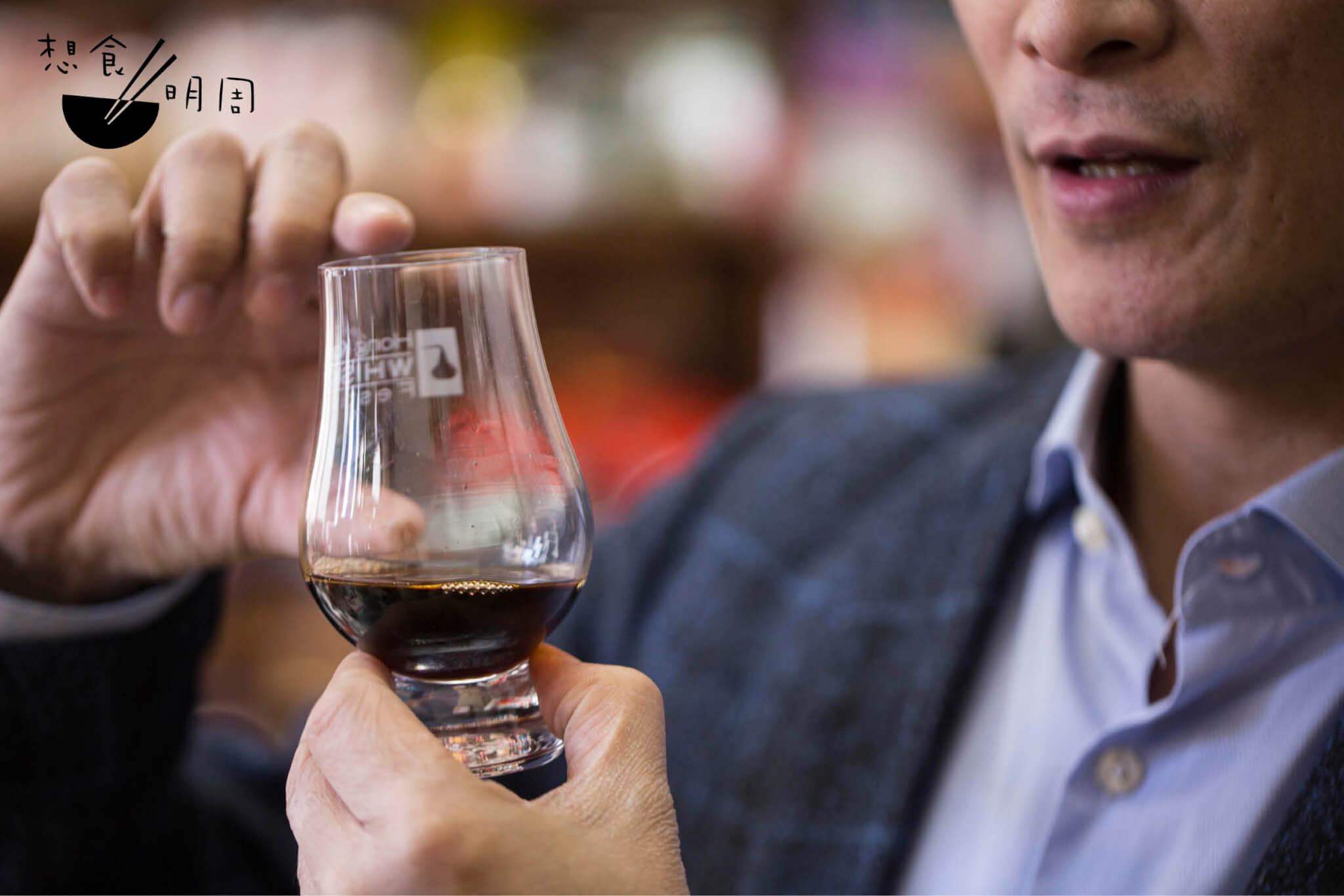 杯口的大小有助聞香,故李豐年推介用威士忌杯品飲花雕。