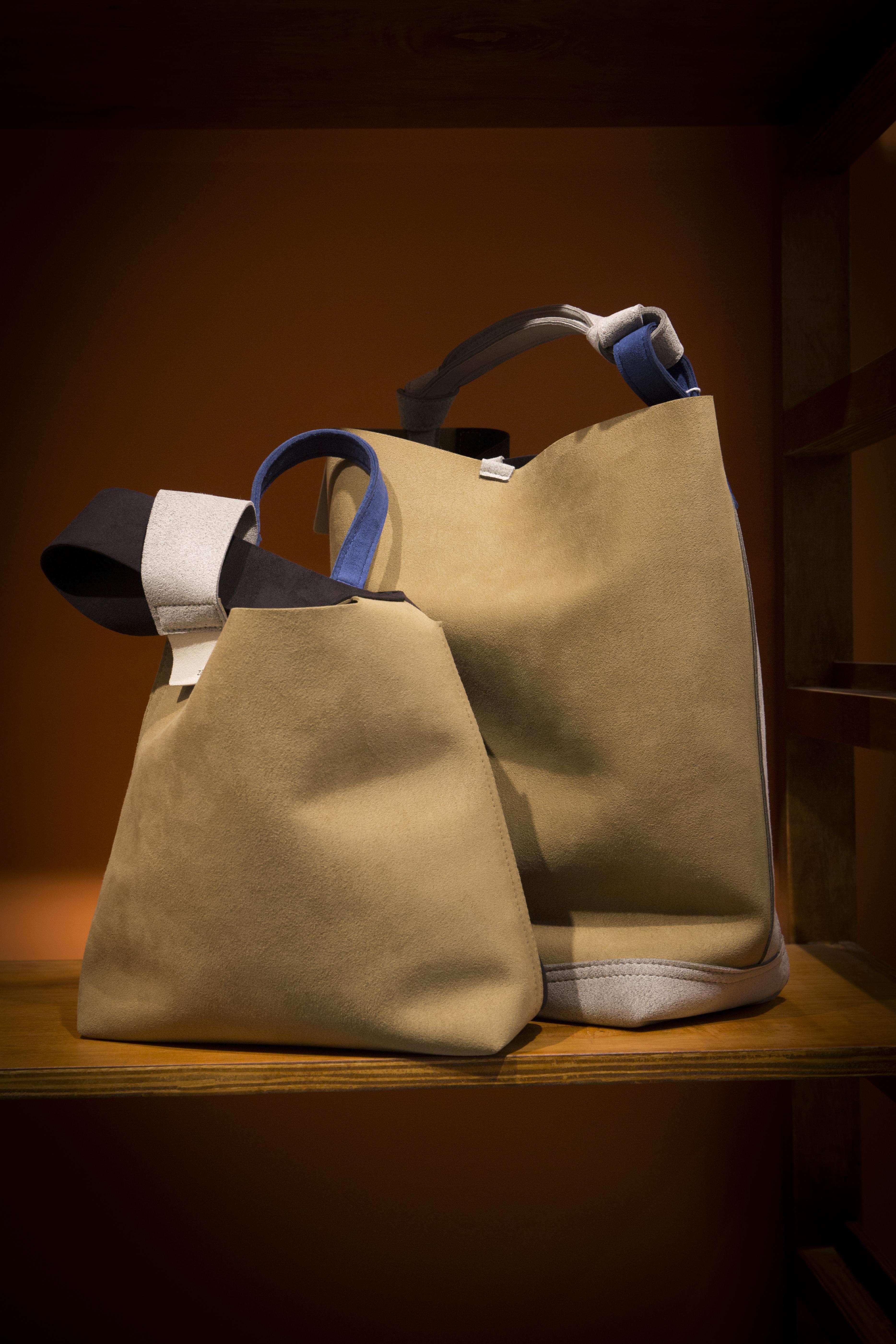 OKURA引進日本手袋品牌ZATTU,手袋採用品牌最著名的物料Microfiber Suede超細纖維絨面打造,不但非常輕身,而且抗磨耐用。 ZATTU BAG $1,980 (左)/ $3,480 (右)
