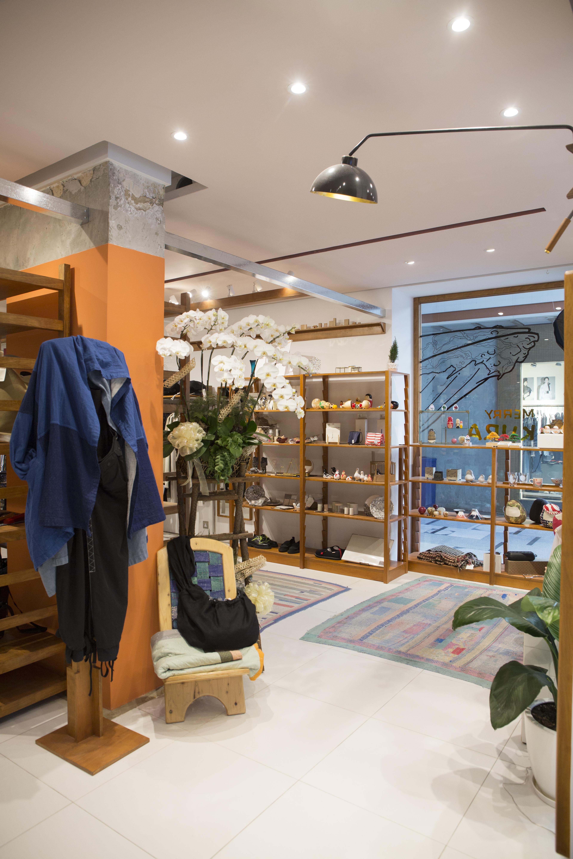 木質的裝潢貫徹日系氛圍;屋子形狀的招牌、柔軟的地毯配沙發,予人一種家的溫暖感覺。