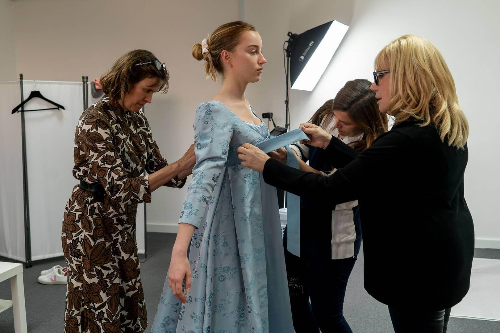戲服造型師Ellen Mirojnick為飾演女主角Daphne的演員Phoebe Dynevor度身訂造戲服