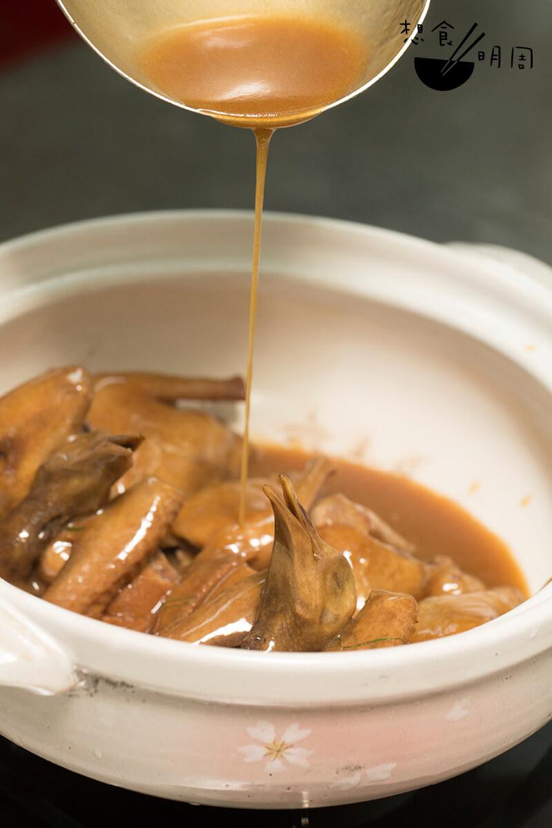 加入上湯和秘製醬汁大火滾起,再把原隻乳鴿斬件,以肉汁加生粉埋芡,二次加熱後完成。