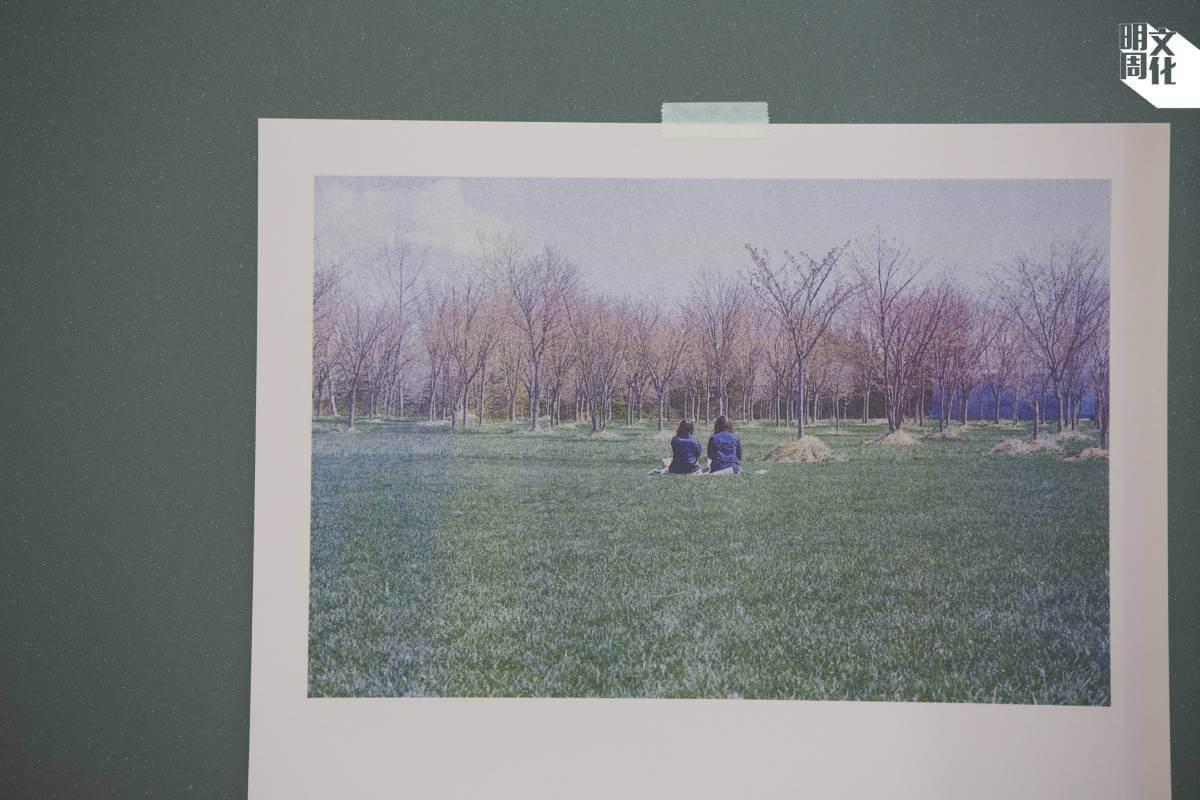 為了把照片的故事和感覺呈現,他們為每張照片度身訂造用紙和顏色。