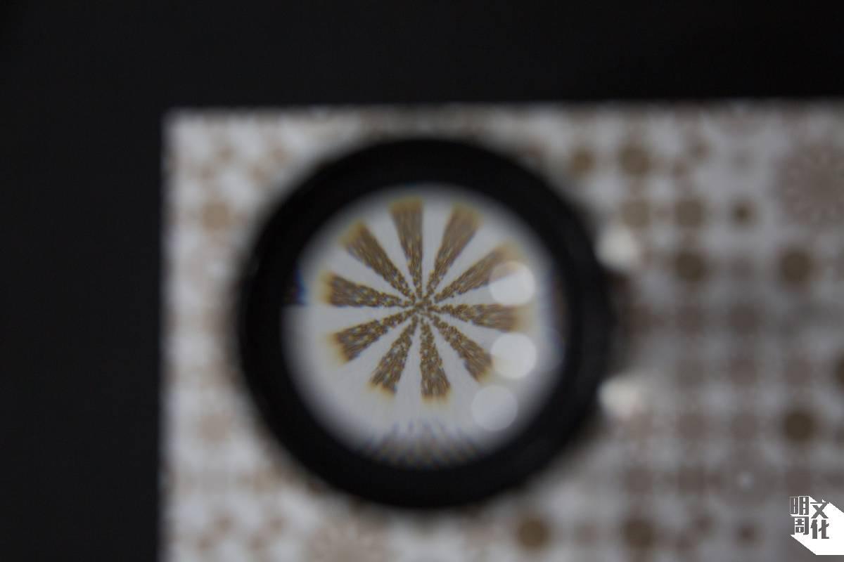 在印刷Risograpph之前可選Grain touch或Screen-covered兩個選項,放大來看會見到兩者的紋理有所不同,前者的點狀像龜,又被稱為「圖龜」。
