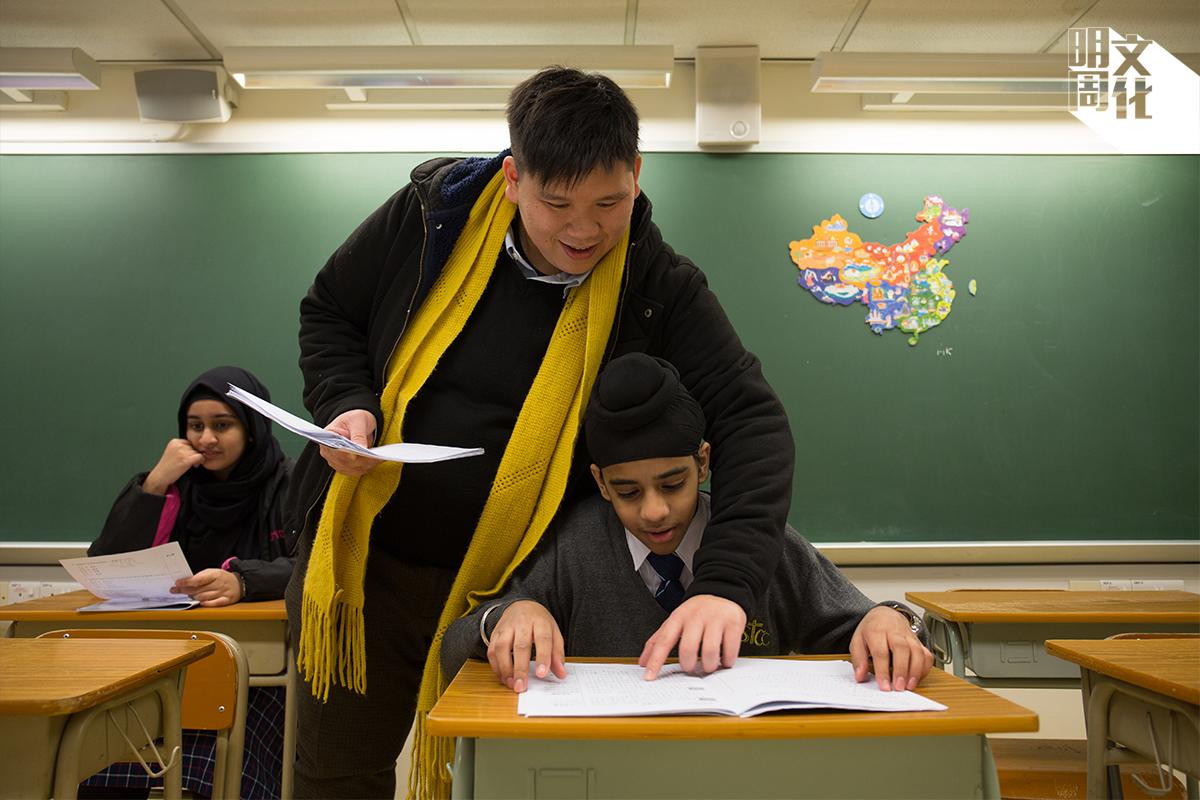學校將美術科的儲物室改建成非華語學生的抽離班課室,辛嘉華老師亦有花心思佈置環境,壁報板上都是學生的貼堂作品。
