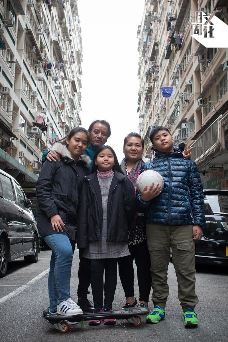 一家人住在佐敦,左起大女兒Manyata、父親Amrit、小女兒Priya、母親Laxmi以及兒子Saurya。