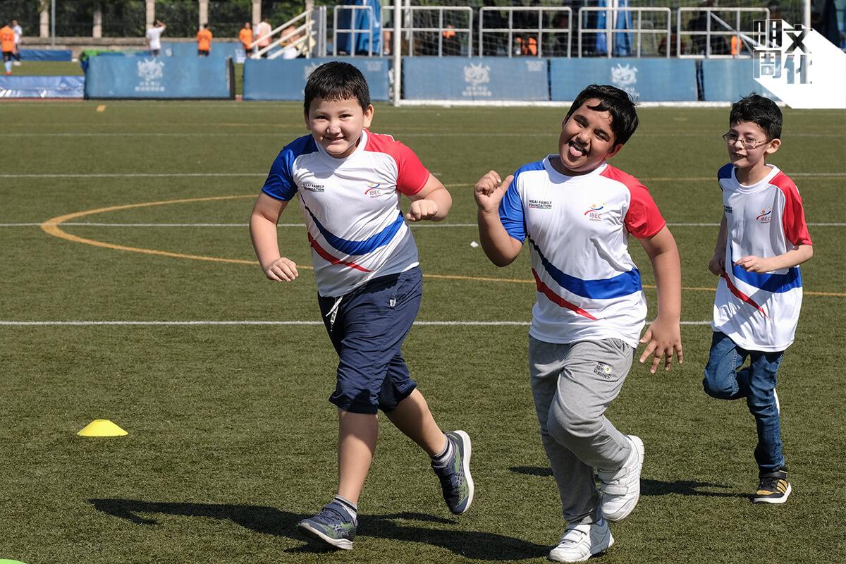 香港欖球總會與匯成教育中心合作,每年為非華語學生提供的免費課堂,讓學生能夠在有趣的課外活動學習中文。那天,Jason笑得特別燦爛。