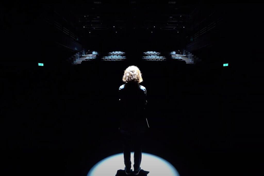 韋羅莎參與《人約吉場後》拍攝計劃,不經綵排地走入自由空間大盒,面對空無一人的觀眾席,直白抒發對劇場的印象。