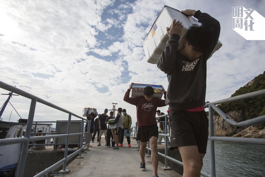 清晨,男生都出碼頭為學校運送島上物資。