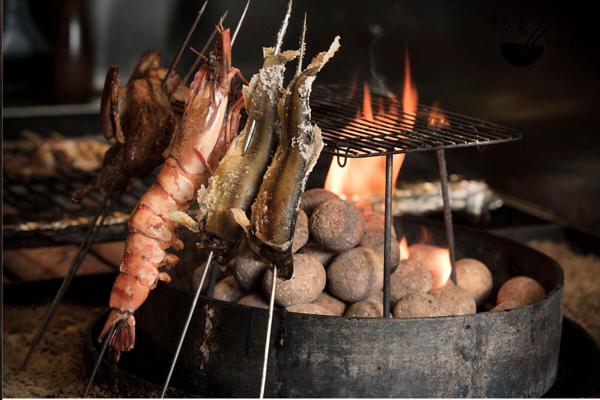 餐廳設置本地少見的沙盤火爐,用作烹調海鮮和小型家禽,以沙子溫度烘熱食材,更能保留食物的原汁原味。