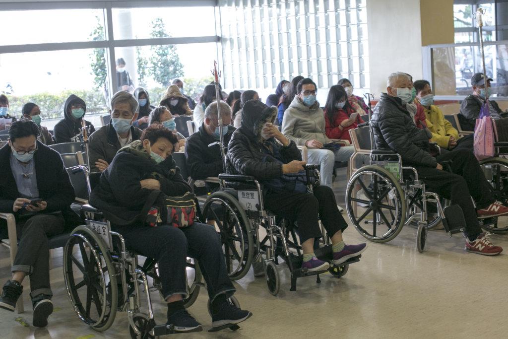 上年一月至今,公立醫院全面暫停探訪 及探病。