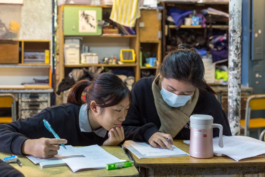 正生書院實行小班教學,一個老師對八個學生,師生與同學間感情緊密,學校上下相處融洽。