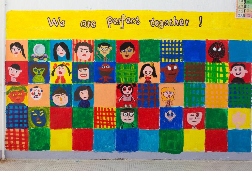 空缺了幾格的璧畫,等待學生復課回校完成。