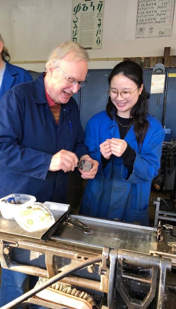 Ronald和(右)Seewhy研究如何調校字模鑄字,兩人正在為重鑄「香港字」努力處理機械操作問題。