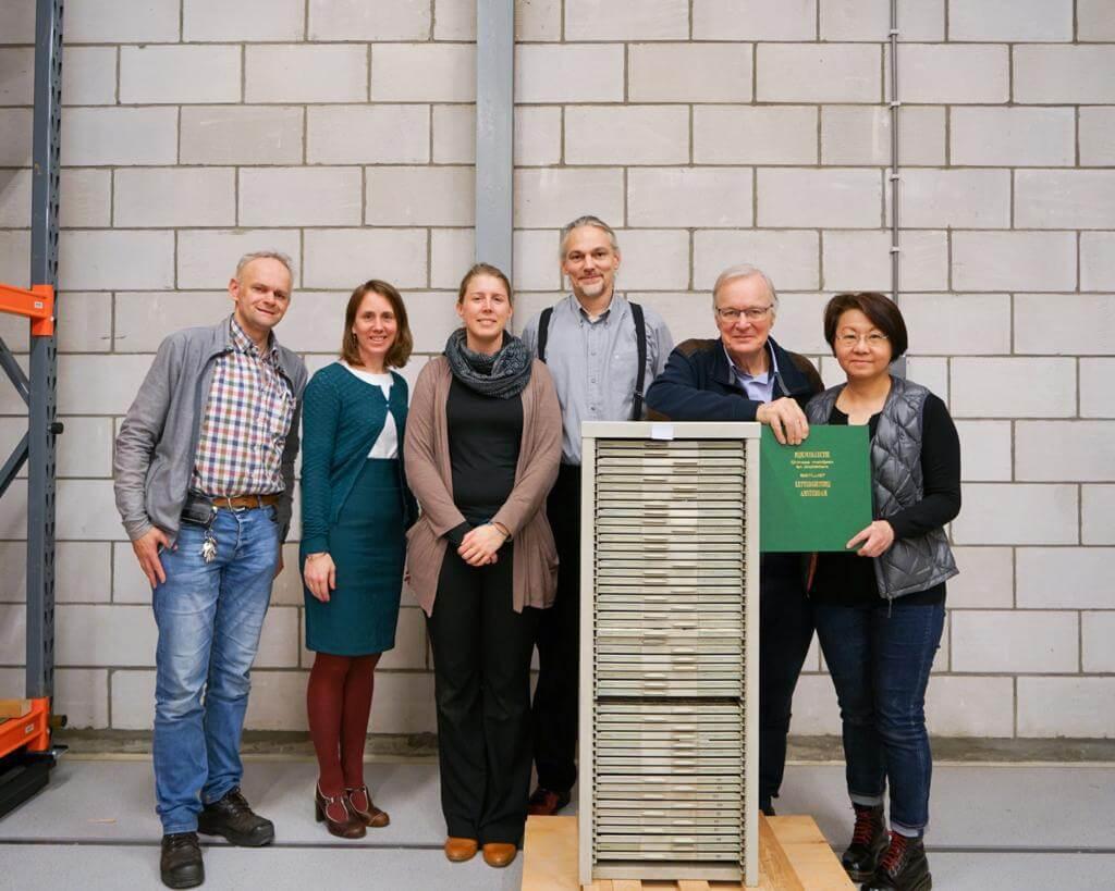 前年十二月,阿翁(右一)、Ronald(右二)和荷蘭萊登國家民族學博物館館方等在倉庫儲放「香港字」字模的櫃前留影。