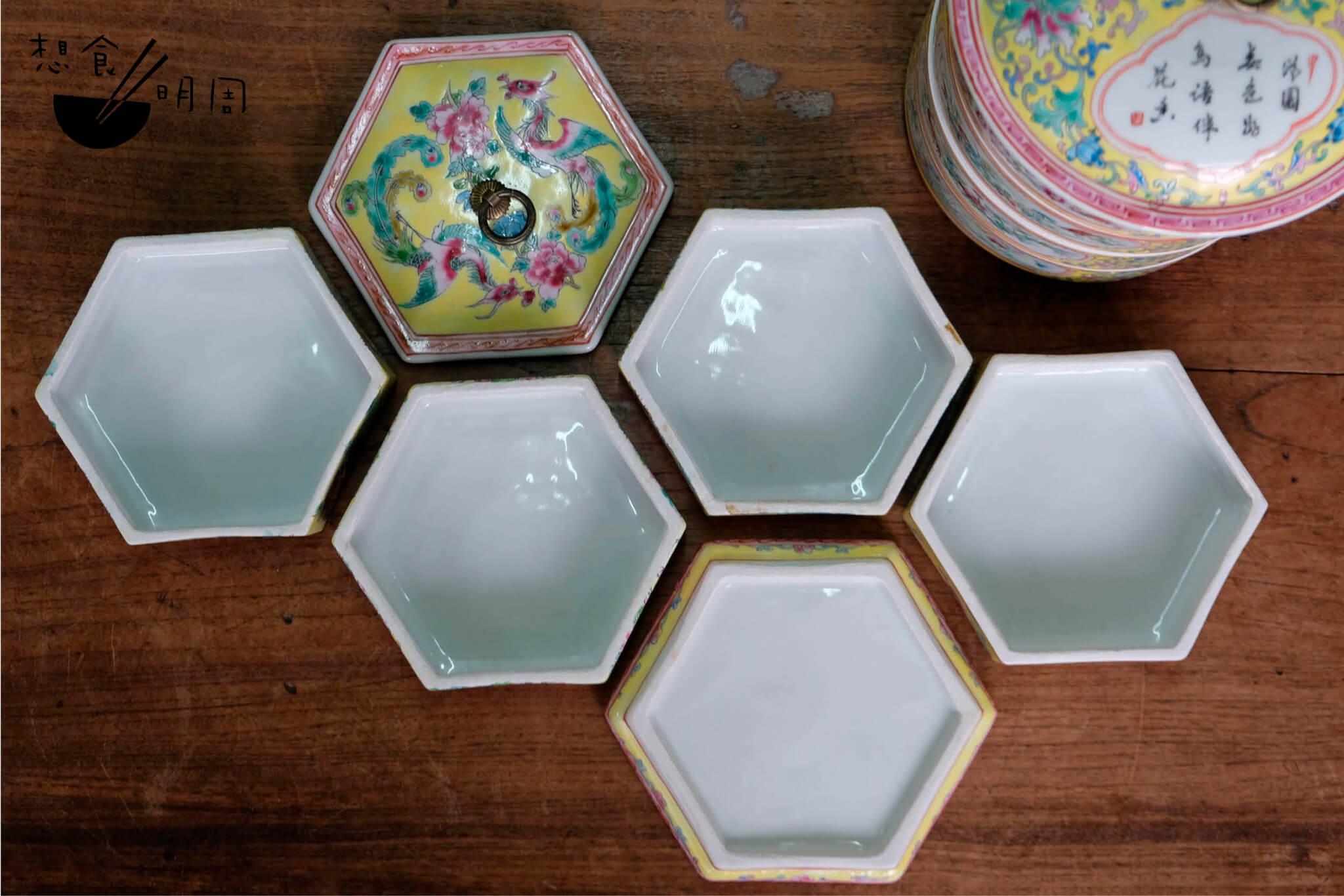 六角型的「便當」瓷器,可供層層疊放。外層繪有晚清慈禧太后「大雅齋」瓷器的紋飾。