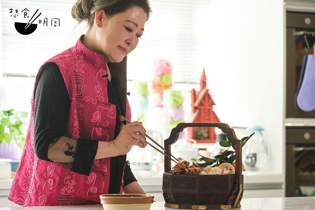 Patsy Chang 出身江蘇家庭,廚藝學貫中西,從菜餚到小吃都嚴選食材,力求煮出原汁原味;並於黃竹坑開設廚藝學院和私房菜。