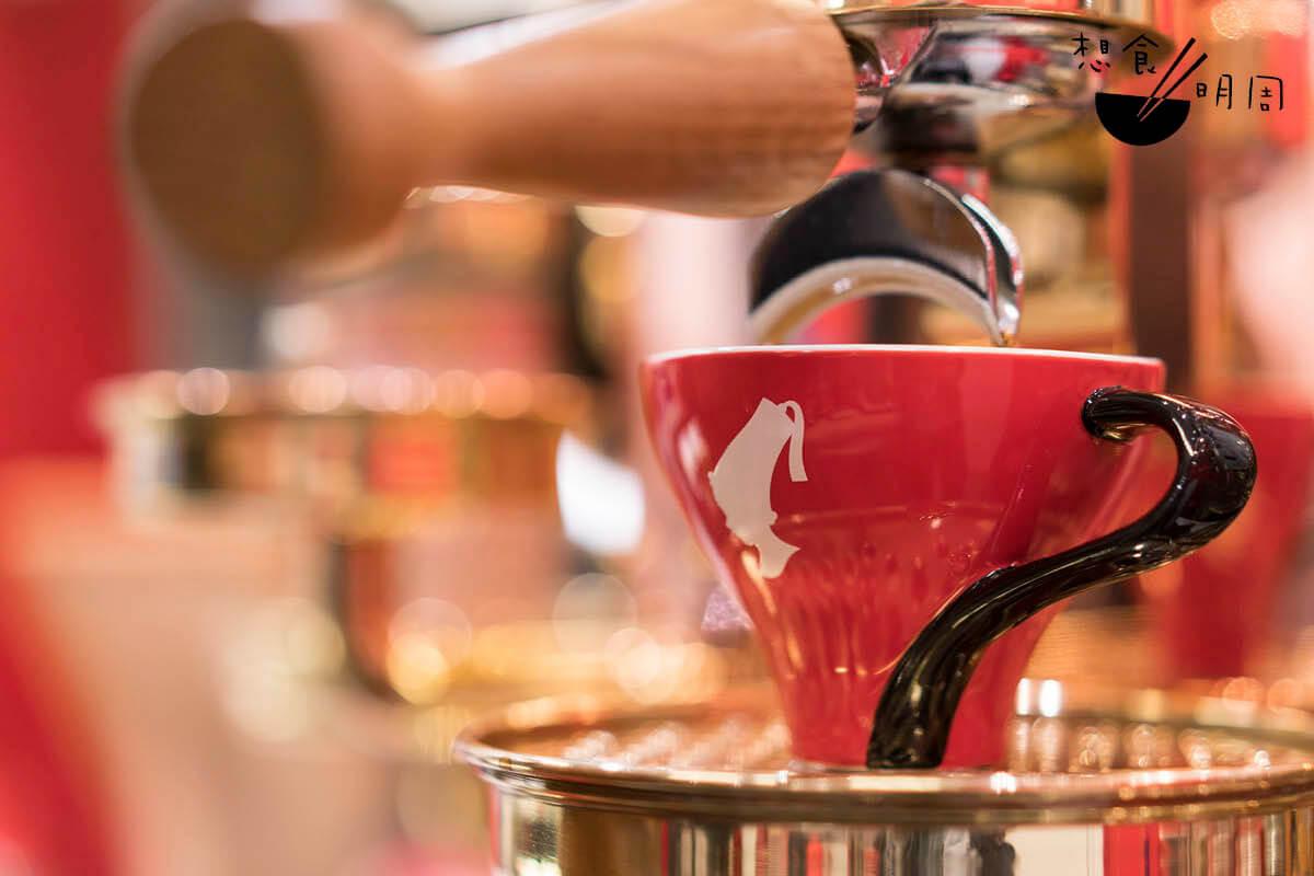 Viennese Melange//最有特色的維也納咖啡,以一份濃縮咖啡作基底,並倒入打發好的牛奶及奶泡,喝起來就跟Cappucino相近,只是奶味再重一點。($45)