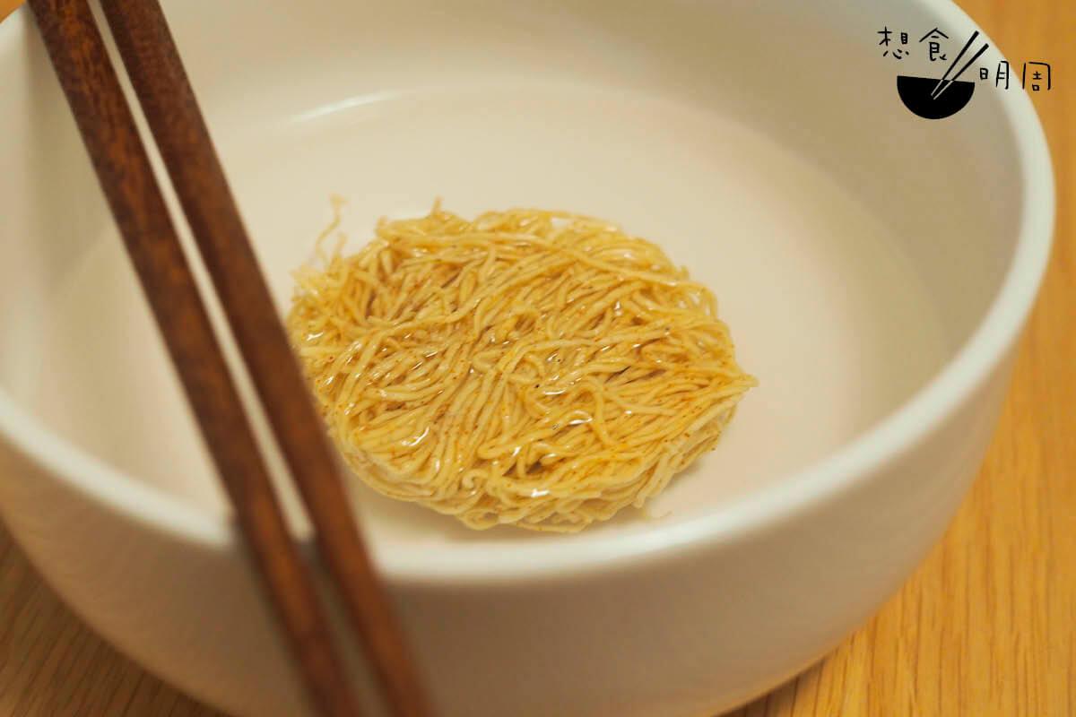 由於陳意齋的蝦子麵較小,一不留意便容易煮過龍,所以端叔建議先將麵餅放在清水中略泡,才放進鍋內煮開。