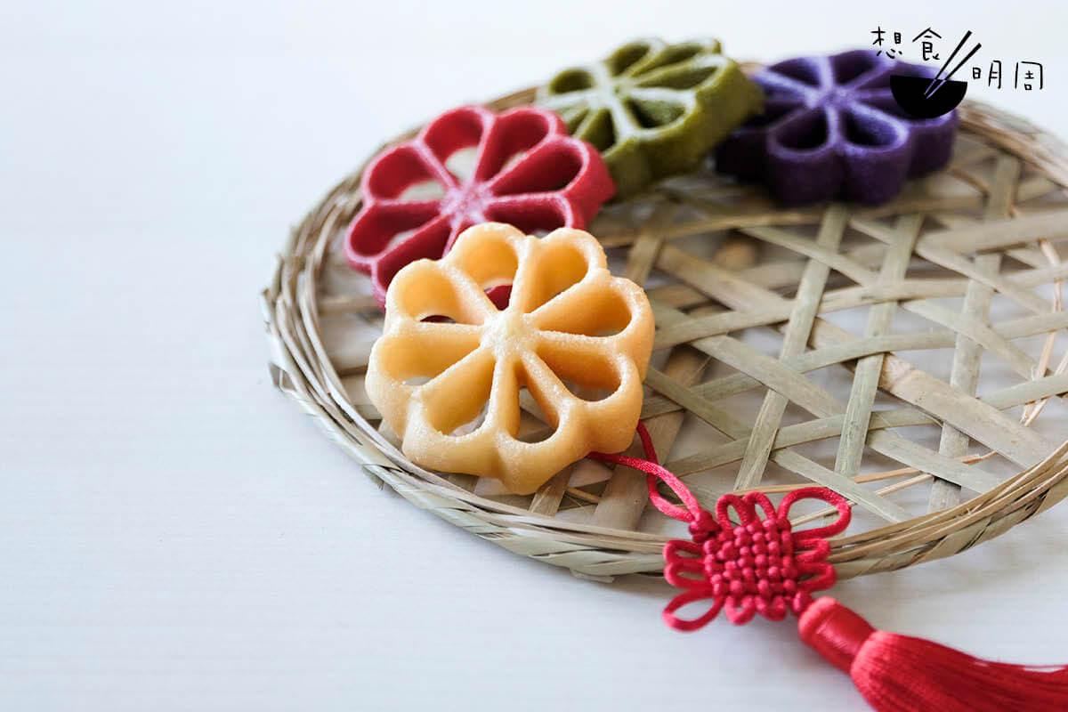 糖環做成四種顏色,不正有四喜臨門之意嗎?排放在一起便像銅錢串,寓意更佳。個人偏愛紫薯口味,甜度出乎意料地自然。