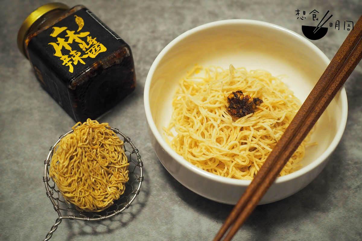 蝦子麵包容性很高,容許我們放湯,或乾炒,或乾拌。個人喜歡加四川麻辣醬,簡單又香惹。
