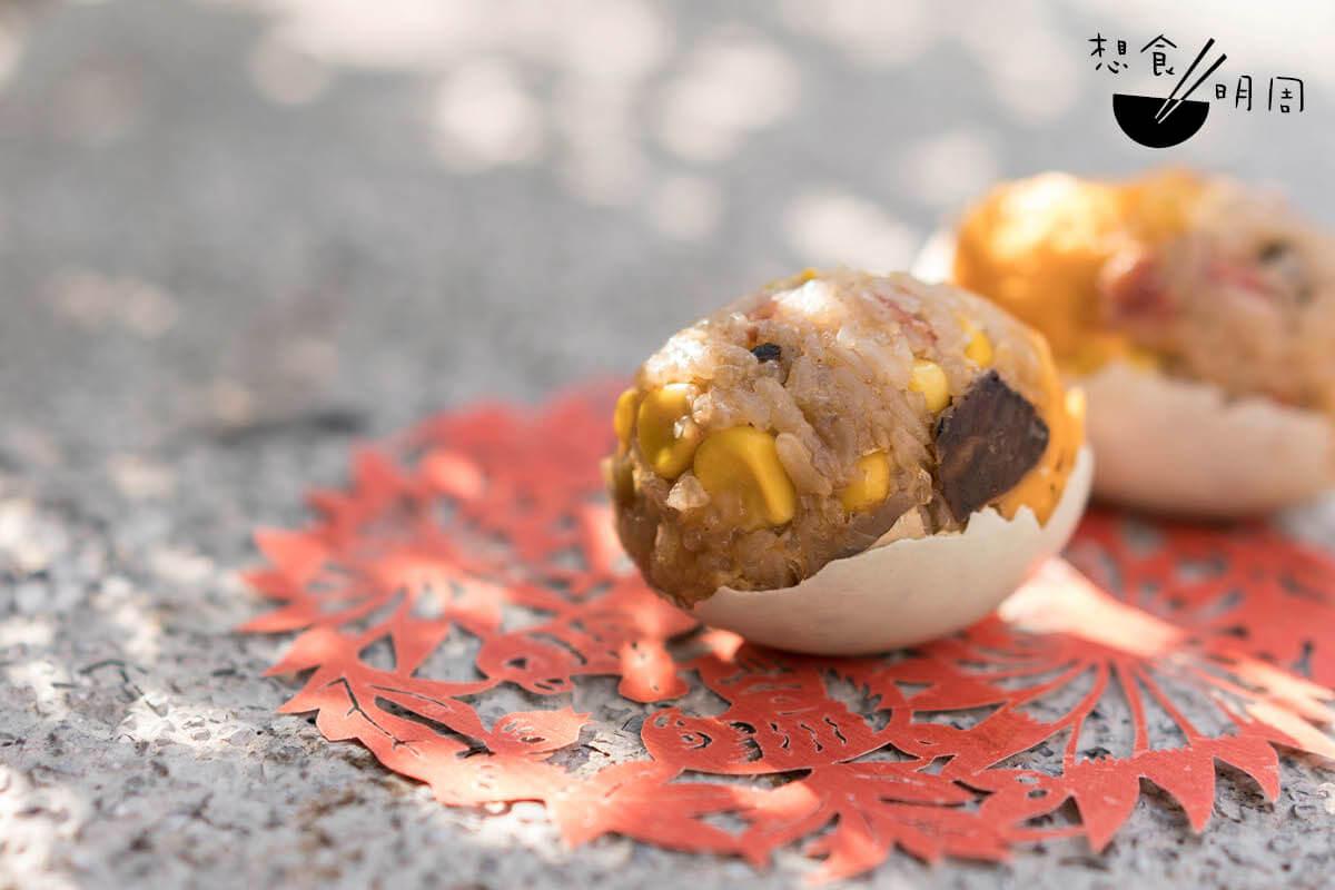 手工糯米蛋//吃來油香滋味,而手切粟米的爽脆,更為糯米飯添加有趣的層次感。阿敏說,沒料推出後,很多小朋友對此小吃都感到興趣。($12/隻、$30/3隻)