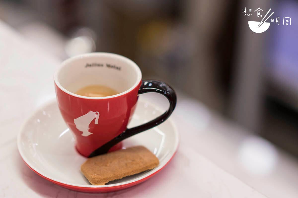 Espresso// 點一杯濃縮咖啡,便能了解維也納咖啡的味道。它喝起來充滿烤果仁和花香,比我們慣常接觸的意大利咖啡柔和。($32)