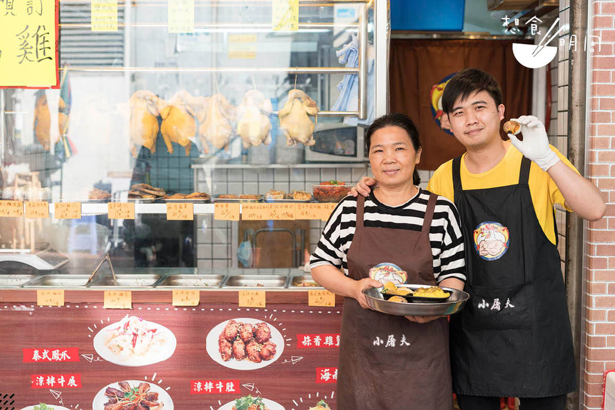 阿敏(右)與媽媽的老家在廣東雲浮。兩母子首次創業,雖然主打區內人喜愛的海南雞飯,但亦不忘加入自己的心水美食,做出特色來。