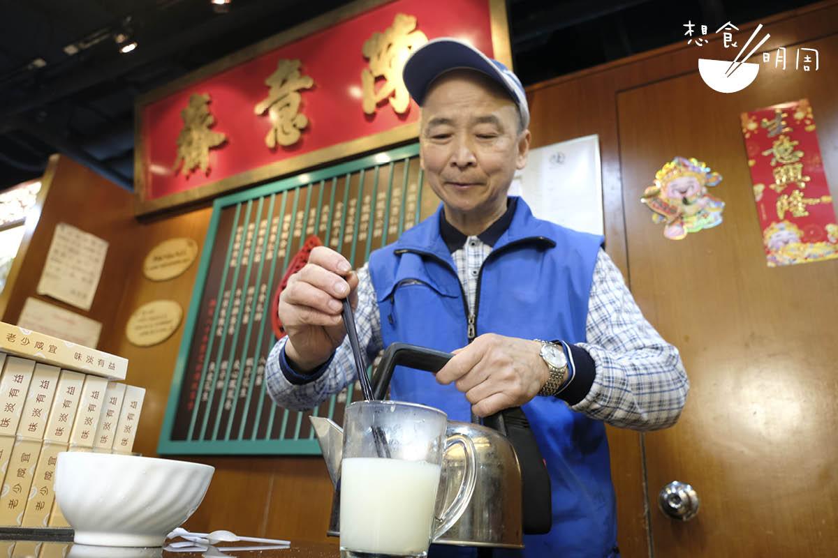 意齋老夥計端叔說,他早上習慣在家中煮蝦子麵當早餐,加一隻煎蛋及兩棵菜,便有出門上班的精力。