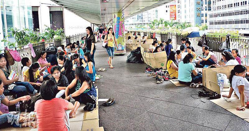 外傭跟香港家庭的關係互相依賴,看似簡單,卻又有點複雜。孩子是被照顧、享受服務的單位,不少卻有活在夾蓬中的感覺。