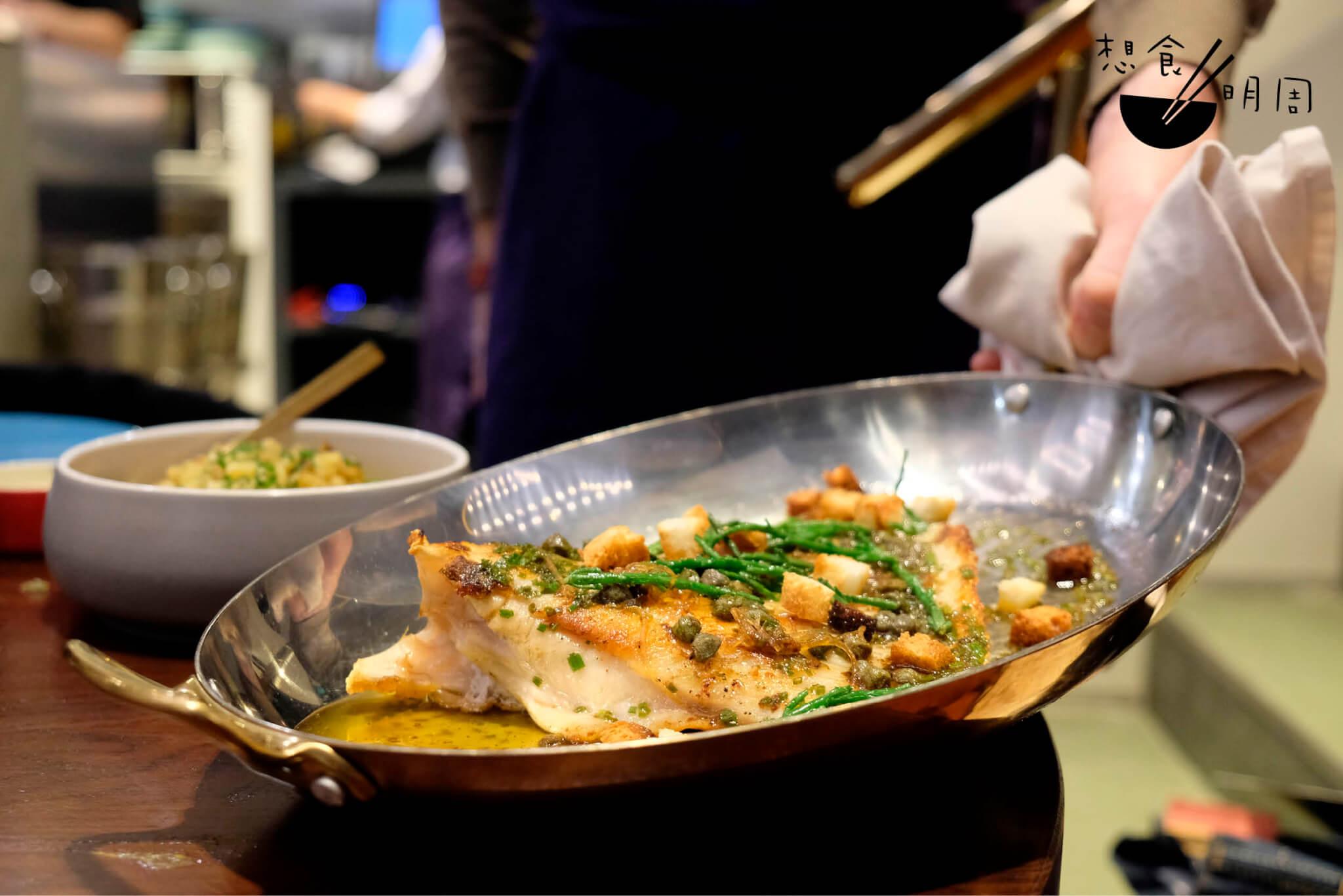 Aile de raie // 由巴黎知名海鮮品牌Qwehli引進的鰩魚翅(Skate Wing),亦即是魔鬼魚的翅翼,煎香後配牛油、蒜、酸豆、番茜。一大片魚翅肉用叉子一勾一潑就落下,又或是整片切下,咬開來的骨頭都是軟骨。($438)