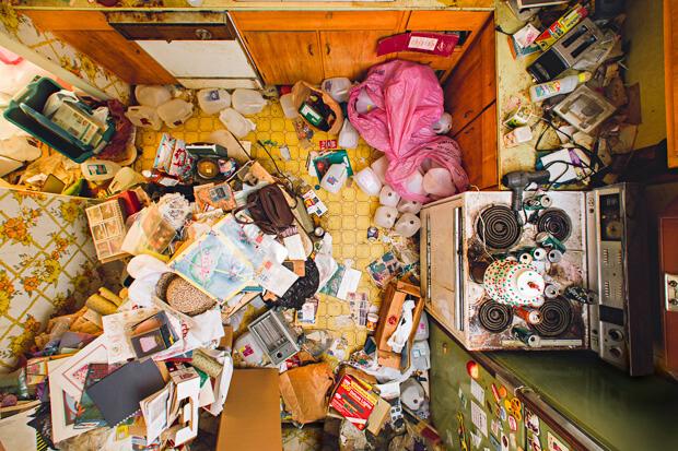 """由外國攝影師Geoff Johnson拍攝的作品"""" Behind the Door"""",紀錄了一些生在囤積症家庭的小孩的童年。"""