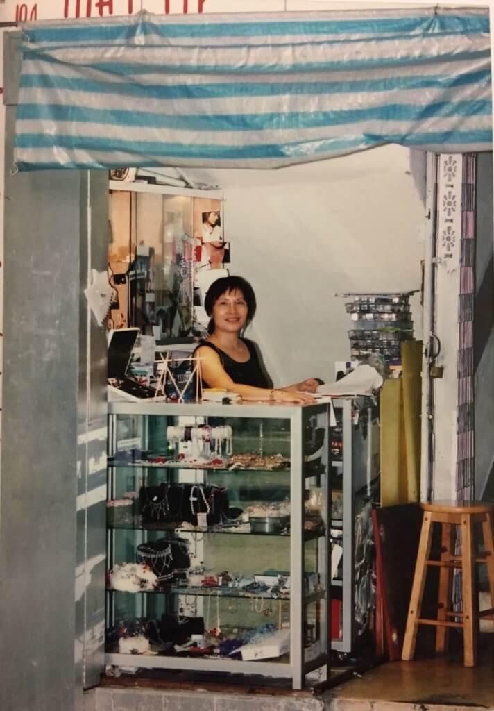 May姐以前在利東街十號樓梯舖位經營水晶飾物製作店,日用水電皆取自旁邊的理髮店,而理髮店店主只象徵式收May姐幾十元。
