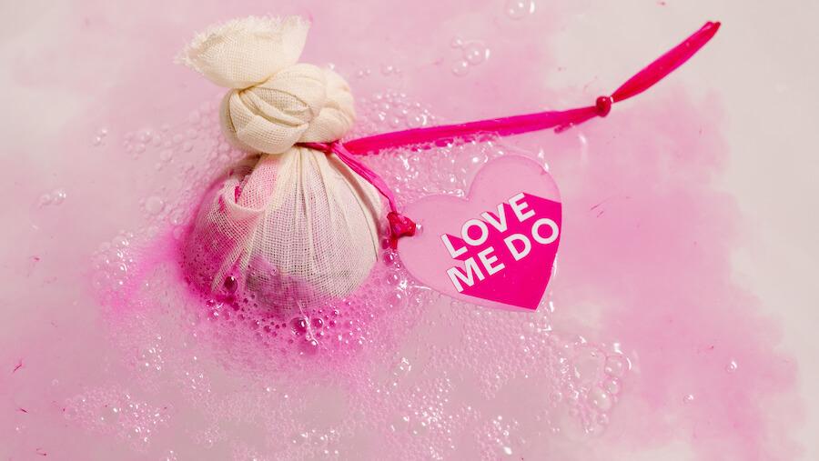 瑰麗之戀汽泡彈 LOVE ME DO BATH BOMB 這情人節限定的汽泡彈是犒賞自己及情人的最佳選擇!玫紅色的浴水滿載採購自巴基斯坦再生農地的玫瑰成分,其馥郁花香讓人悄然陶醉。享用過後,其棉布、產品標籤及草繩皆可用作堆肥,絕不對環境構成負擔。