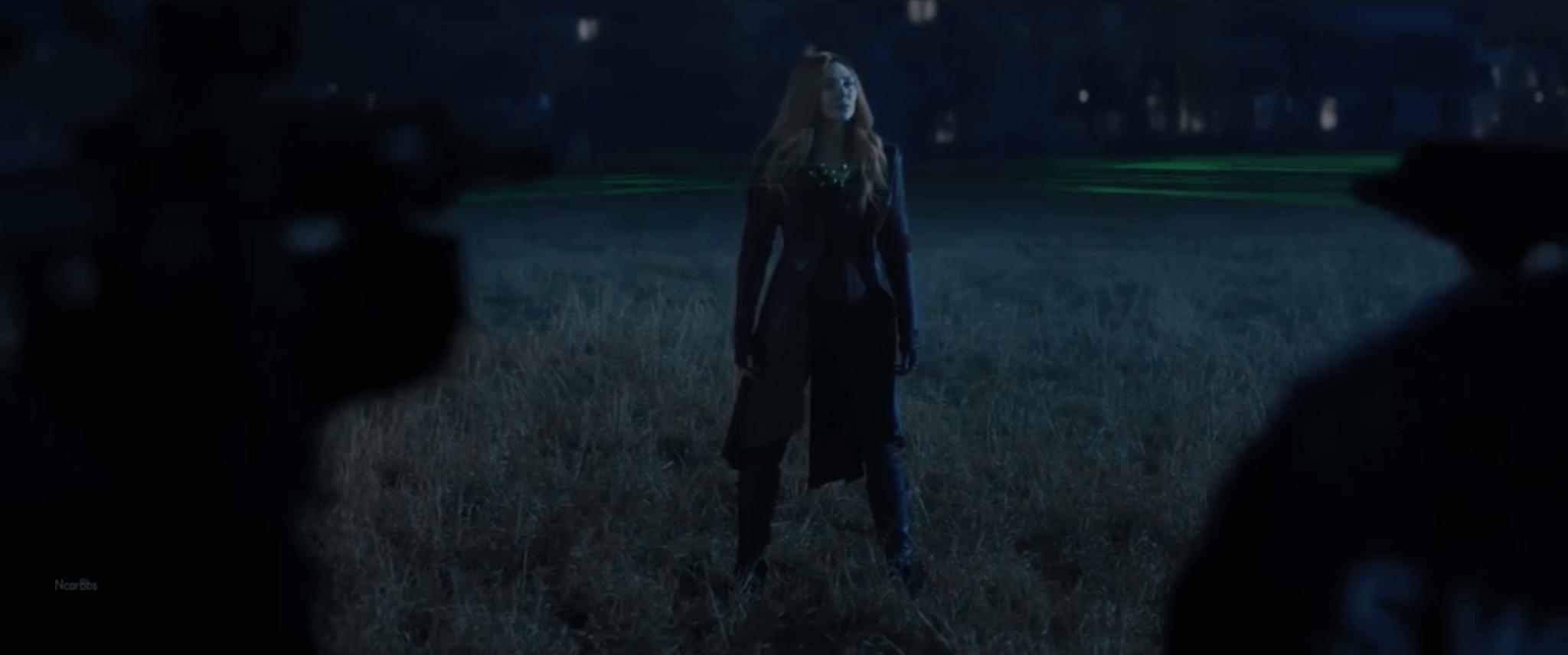 劇中每當Wanda離開「小鎮」時,穿過力場便會變回緋紅女巫的經典造型——紅色長皮褸襯黑色skinny jeans加長boots。