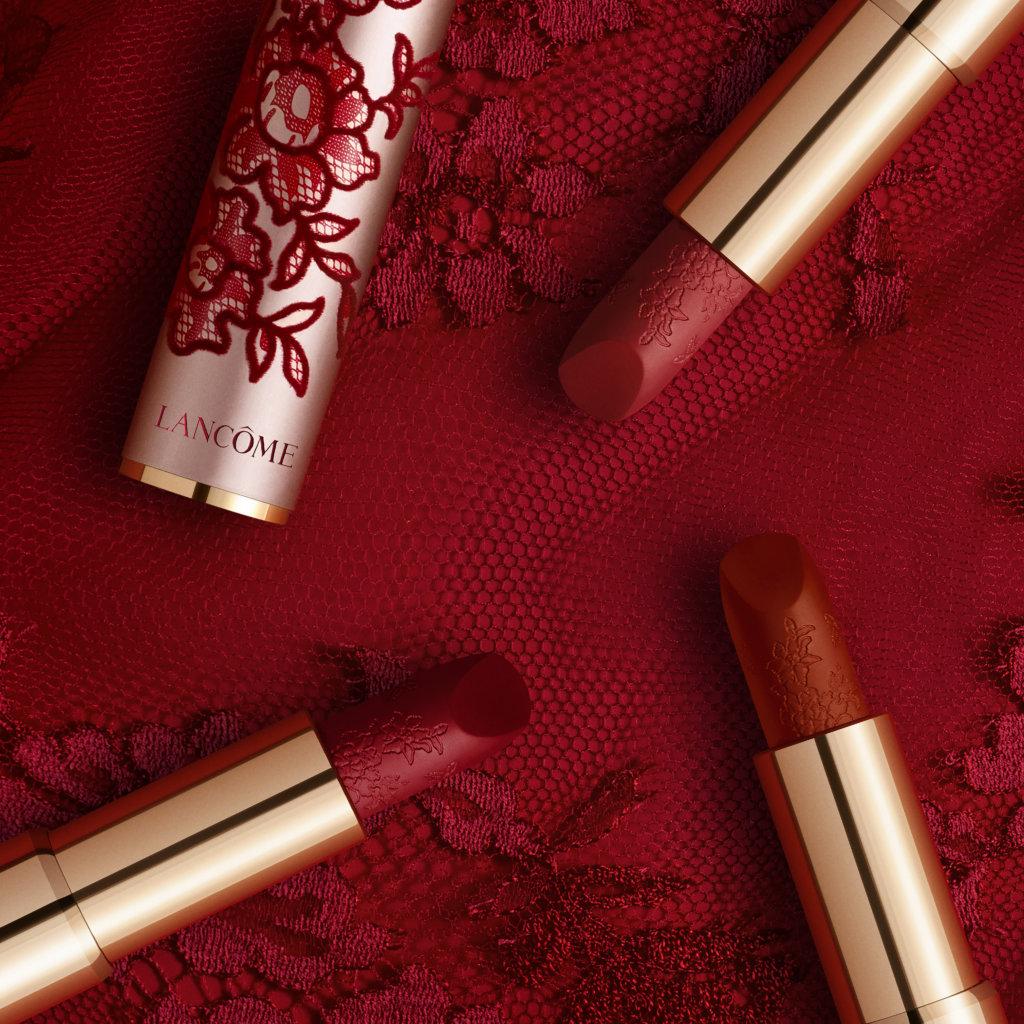 LAMCÔME限量版瑰麗柔霧啞緻唇膏 $270 一按就能用的LAMCÔME唇膏向來方便,它的熱賣唇色 #888和#196最近換上了蕾絲新包裝,在這個情人節增添魅惑色彩。唇膏的質感輕盈透薄,塗上後輕揉雙唇,便可以暈開柔霧唇色,展示令人難以忘卻的柔霧啞緻妝效。