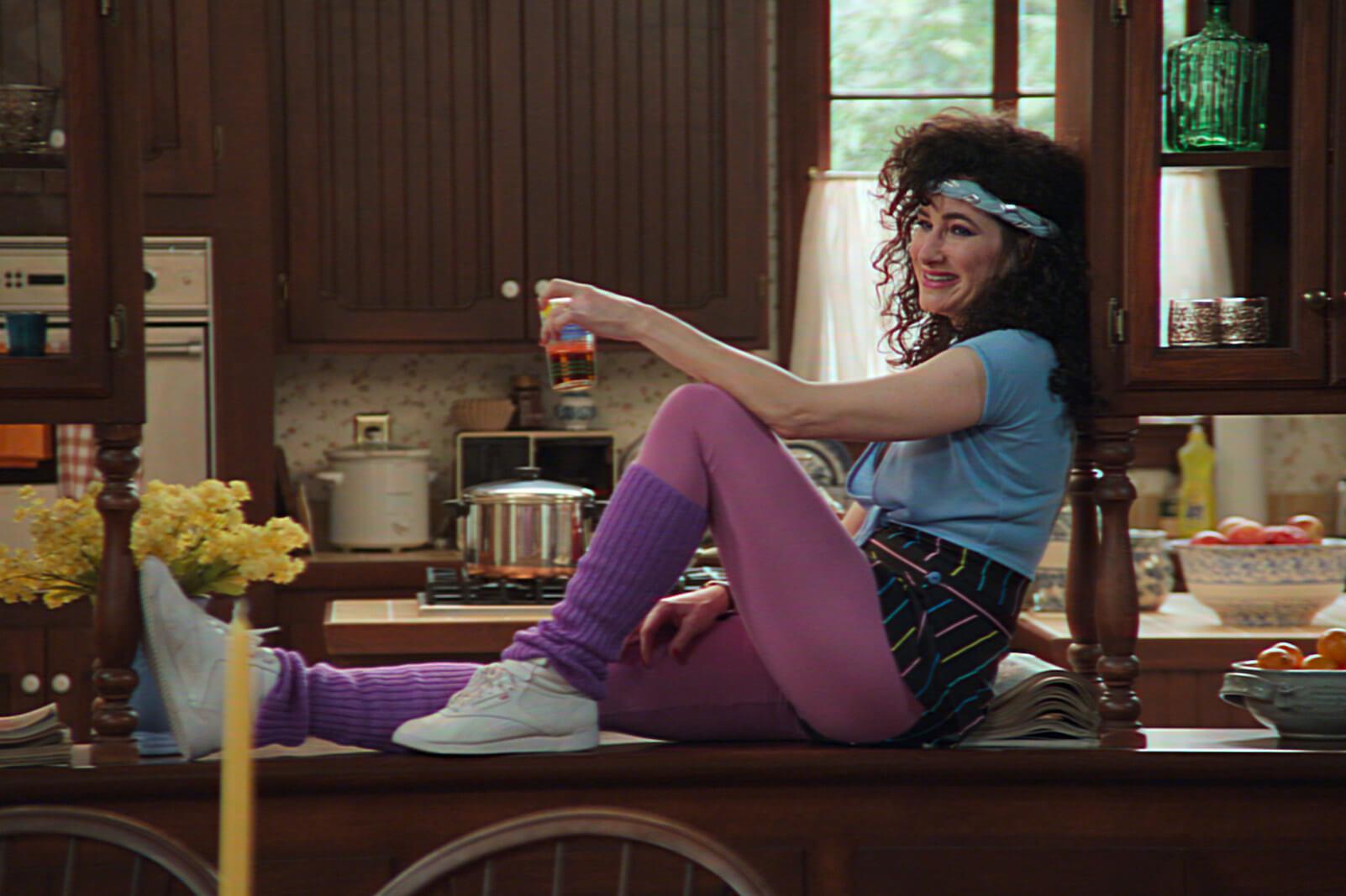 鄰居Agnes傳聞是Wanda於原著漫畫中的導師Agatha Harkness,她的這身造型顯然是80s Aerobics Outfit!