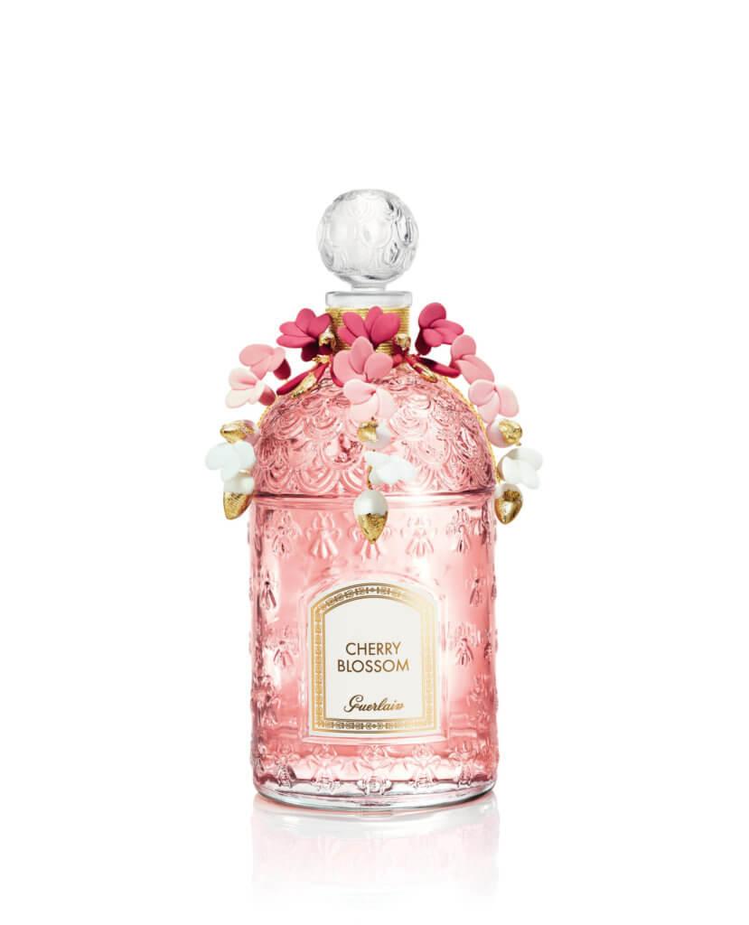 GUERLAIN珍藏版縷金雪櫻淡香氛 $5,300/套(125ml+30ml) 這款淡香氛找來贏得二零一九年度艾菲爾鐵塔設計大獎的巴黎設計師Lucie Touré操刀設計,她以清新自然的手法,演繹櫻花樹滿開嬌花的春日美態。香味則展現出杏仁、櫻桃和粉質紫丁香的柔和層面,還有輕盈的茉莉花香,突出了春日花束的和諧美感和浪漫感覺。
