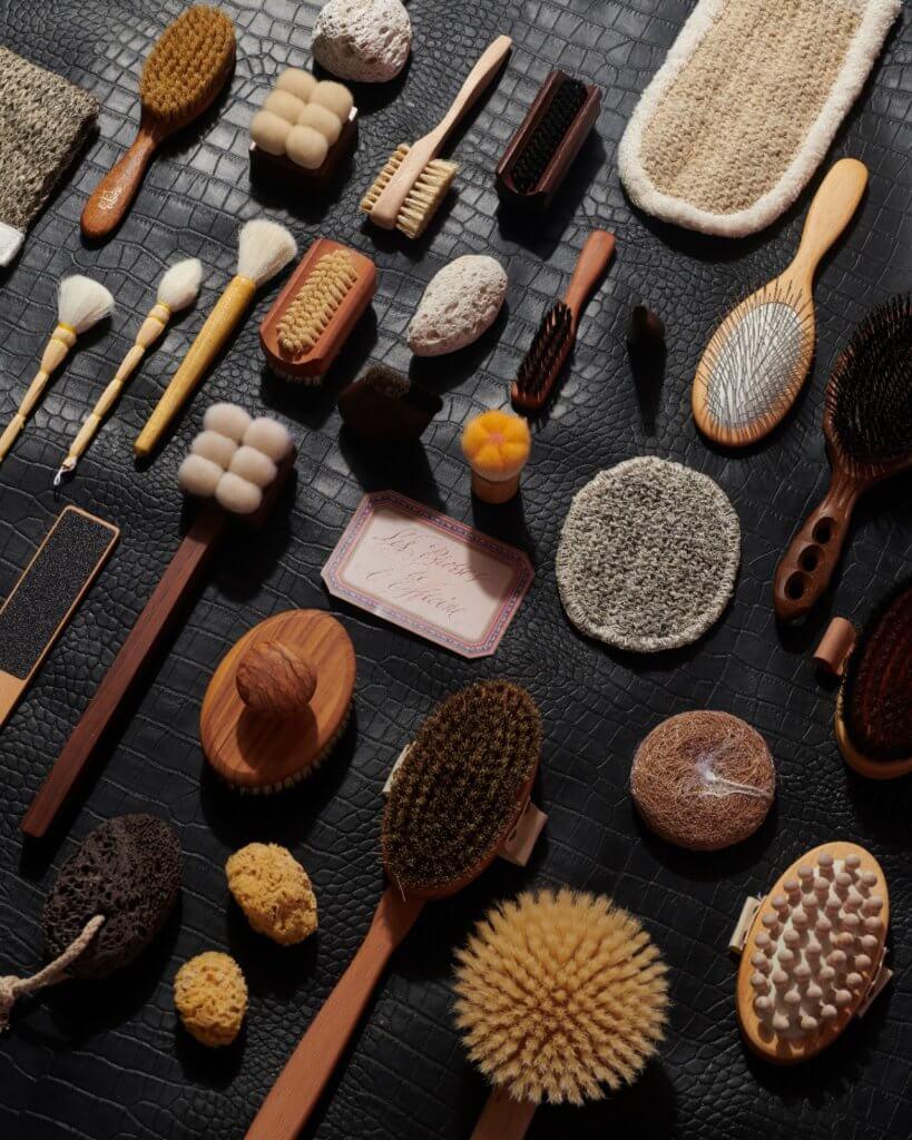 他們除了推出植物配方製成的香皂、檜木香氛的剃鬚膏外,還有用來去角質絲瓜絡和古典造型的梳子、牙刷,甚至是木製雙面貓狗髮梳。