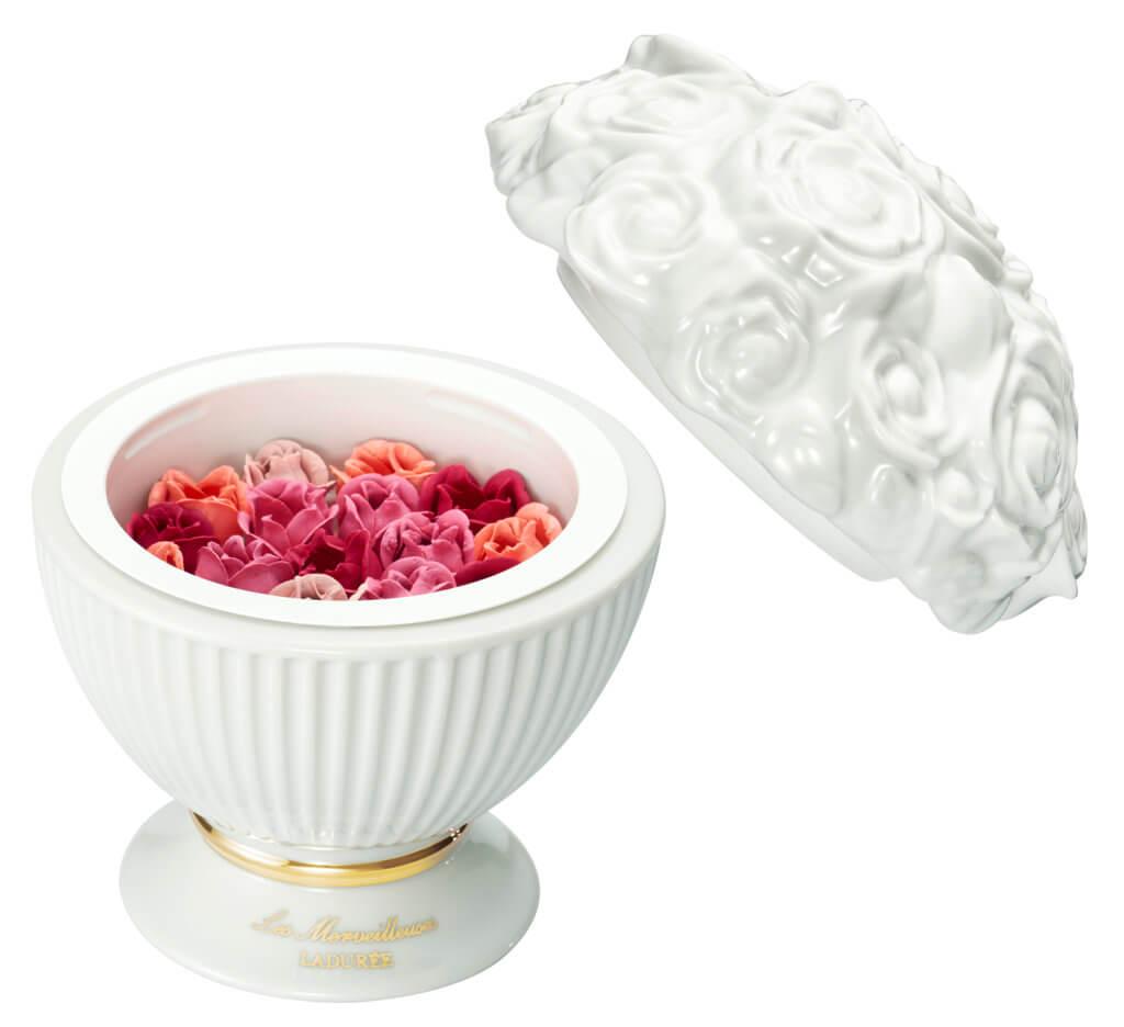 Les Merveilleuses LADURÉE 限定玫瑰花束胭脂 $1,000 靈感源於法國十八世紀後期,名媛淑女們以玫瑰花瓣的色料作胭脂。它混合了四種玫瑰粉紅色調的小玫瑰花,每片花瓣都由人手手工製造,可以創造富有透明感和幸福感的立體妝容。