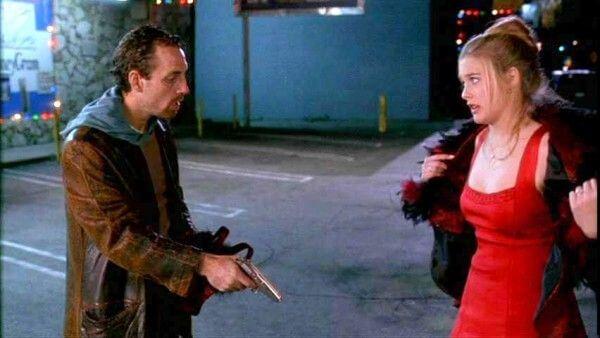在經典電影《叻女掌門人》(Clueless)中飾演女主角雪兒的Alicia Silverstone穿著Alaïa的連身裙