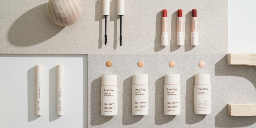 韓國美妝品牌innisfree推出SIMPLE LABEL純素低敏裸妝系列,系列通過法國EVE純素認證,採用十大無添加天然配方,不含對人體有害及致敏成分及香料。選擇以天然色素萃取取代彩妝產品中的人工色素,並加入濟洲繡球花萃取,溫和低敏配方在美妝的同時亦呵護著肌膚。除了產品成分天然,包裝也採用了百分百可生物降解甘蔗原材料,達至可持續發展,減低過度包裝對環境造成的傷害。