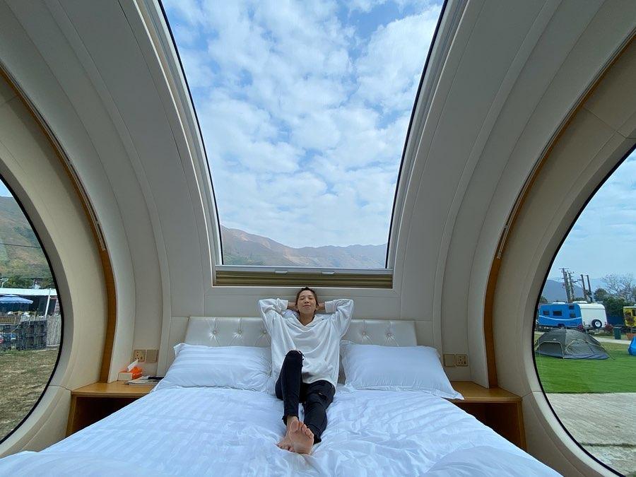 HOLIMOOD的「觀星露營車」設備齊全之餘,最特別的是擁有超廣闊天窗。