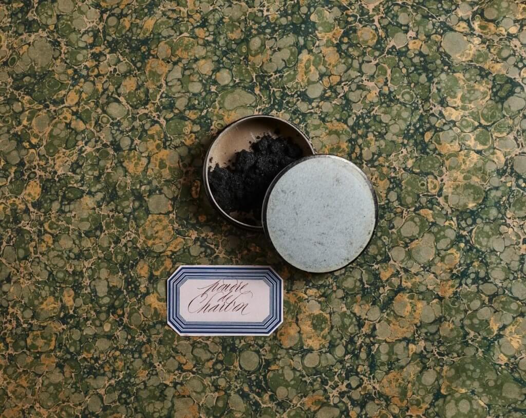 OFFICINE UNIVERSELLE BULY的祖傳美容秘方一一藏身於綠色精裝圓盒內,以西洋書法寫上粉末或泥土的名字,獻上世界最精緻的美容寶盒。