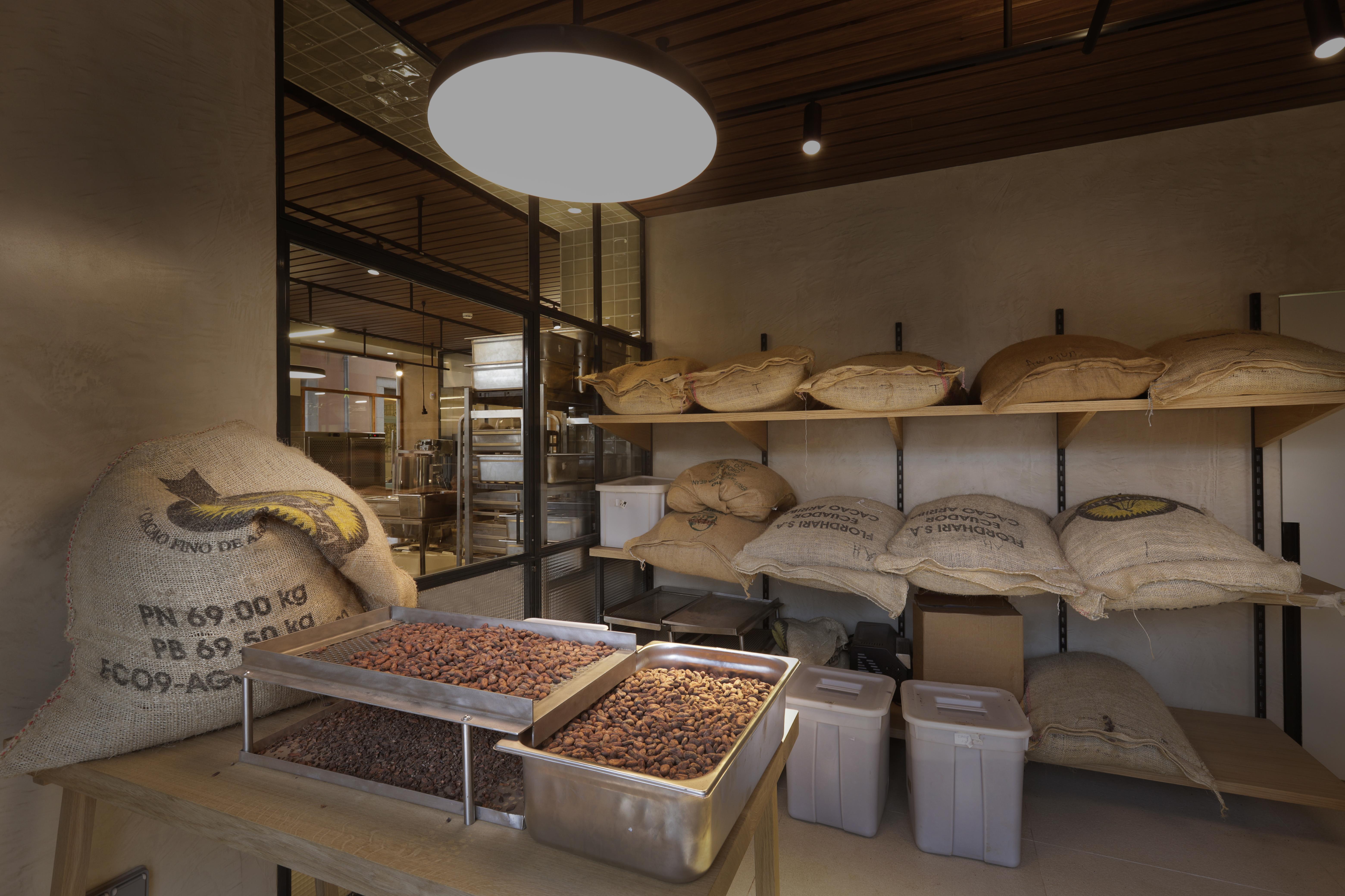 自設工廠內充滿不同產地的可可豆。