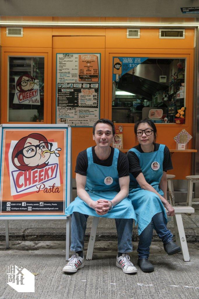 Cheeky Pasta店主Roberto(左)和阿芙(右)喜歡汕頭街的掘頭巷氣氛。