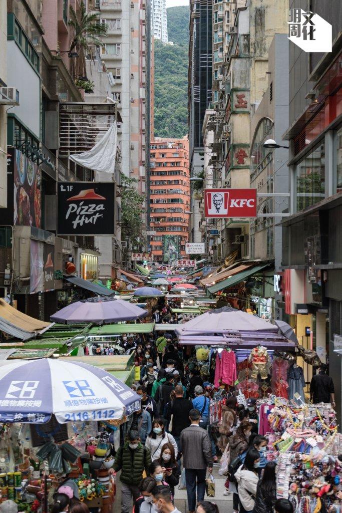 太原街從前別名「玩具街」,街道排檔密集,人流如鯽,甚具灣仔舊區情懷。