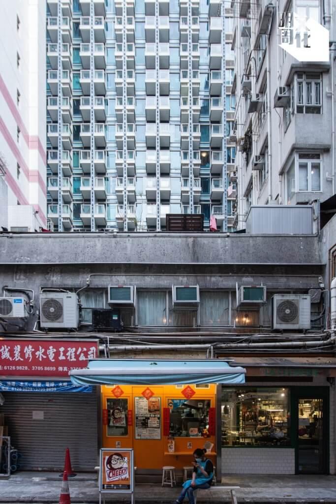 Cheeky Pasta開業於汕頭街兩層高唐樓地舖,在店外可望見兩街之隔的「囍滙」住宅大廈。